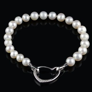 White pearls bracelet with heart