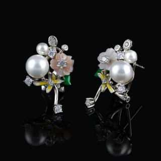 Silver earrings with a flower of mother of pearl, enamel and pearl 2