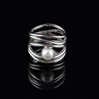 Interlaced silver ring with pearl
