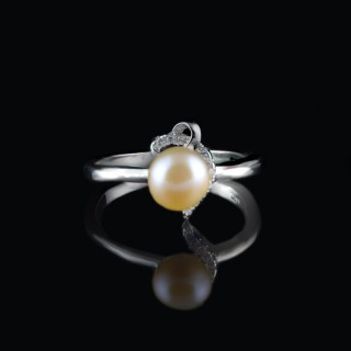 Silver ring with rose pearl