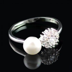 Silver ring with pearl with flower from zircons