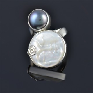 Silver ring with mother of pearl and pearl