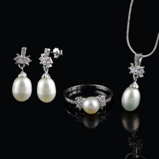 Set of earrings, ring and pendant with pearls
