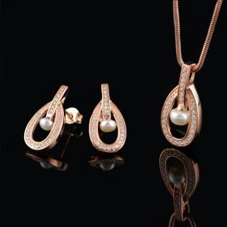 Set of earrings and pendant with white pearls