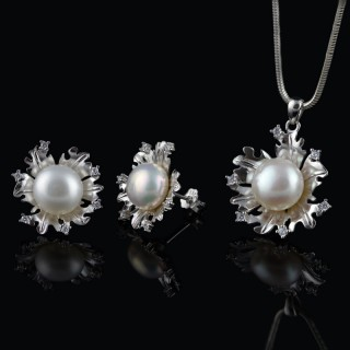 Set of earrings and pendant with white pearls and zircons