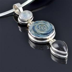 Сребърен медальон със седеф и гранат